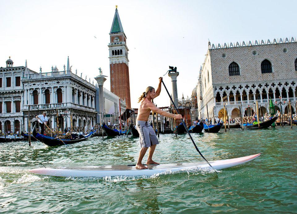 Stand up Paddling: Da staunen die Gondoliere nicht schlecht: Stehpaddler erobern den Markusplatz und die Kanäle von Cannaregio