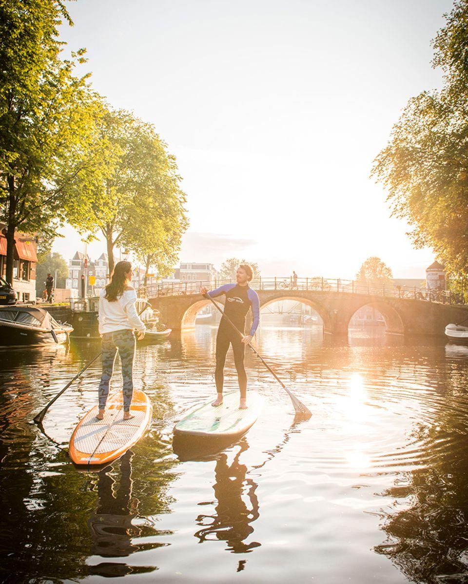 Stand up Paddling: Auf den Grachten von Amsterdam: So lässig sieht das Stehpaddeln aus, wenn man ein wenig Übung hat