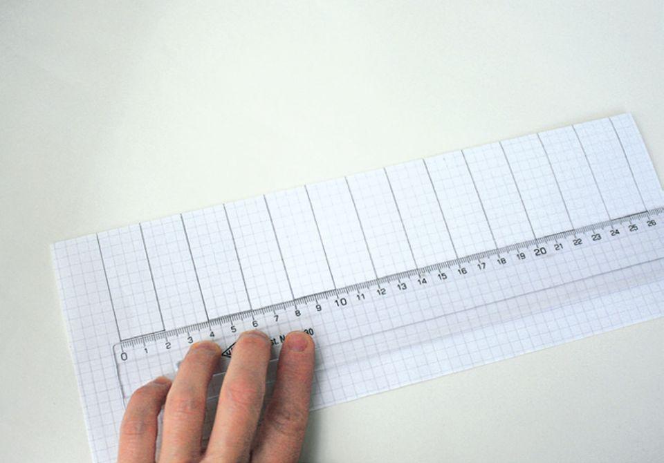 Stricken: Zeichnet mit einem Lineal die Schablone