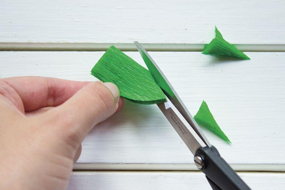 Basteln: Schneidet Formen ins Papier