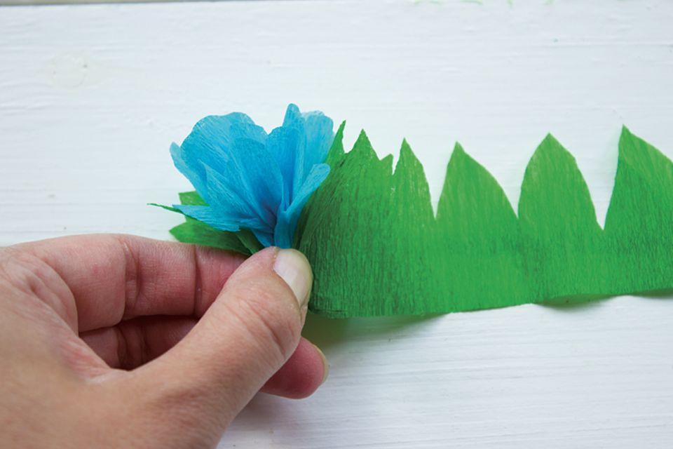 Basteln: Legt den Zuschnitt um die Blüte