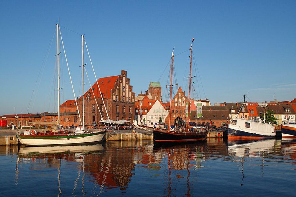 Ostsee-Perle: Die Giebel-Häuser der Altstadt reichen bis an den Alten Hafen