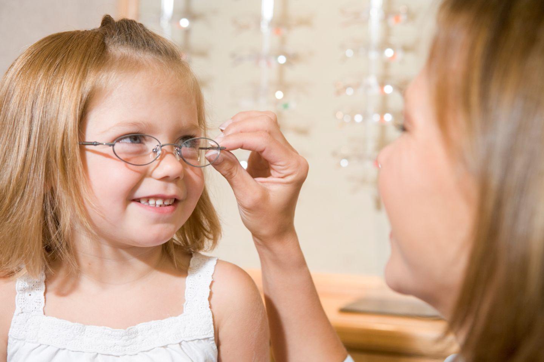 Beruf: Ein Optiker sorgt dafür, dass Menschen mit einer Sehschwäche eine passende Brille bekommen