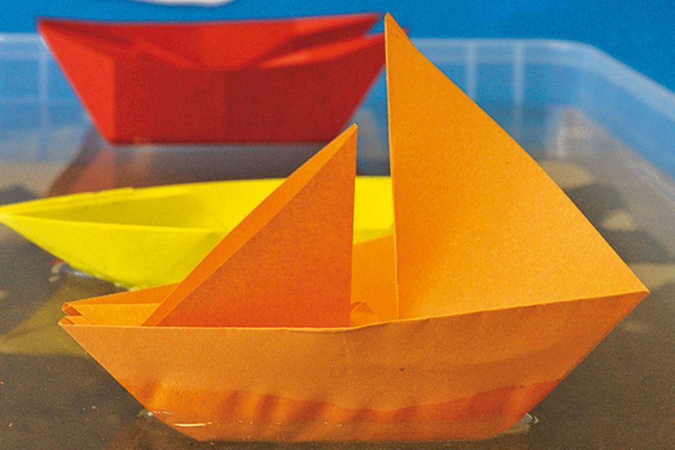 Basteln: Papierboote falten