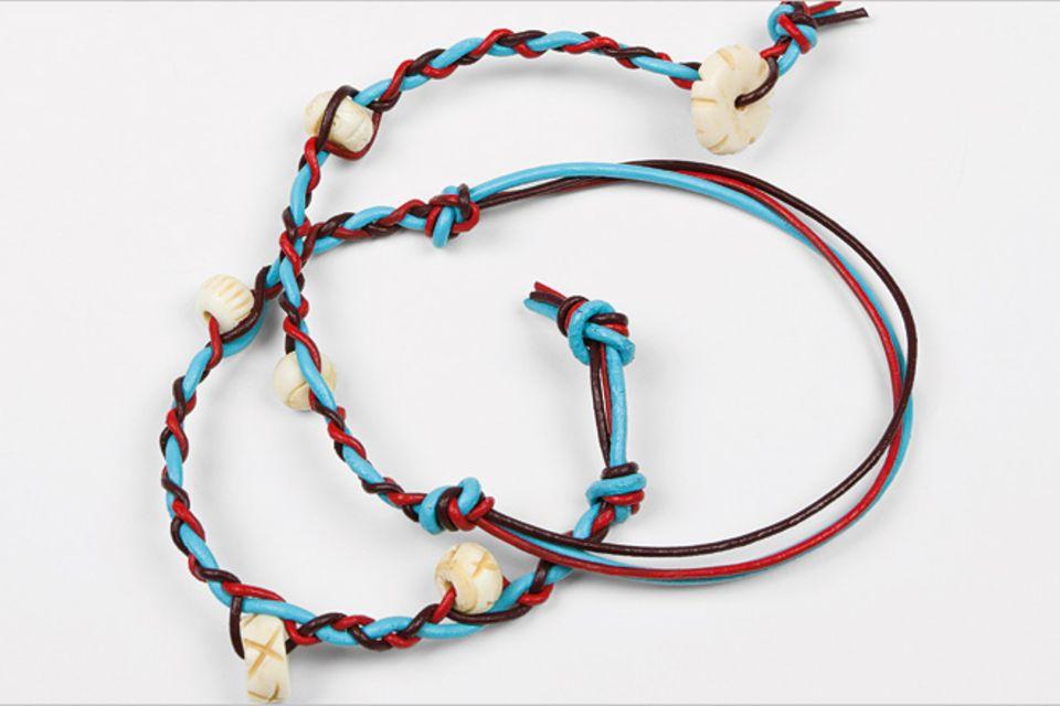 Basteln: Leder-Armbänder flechten