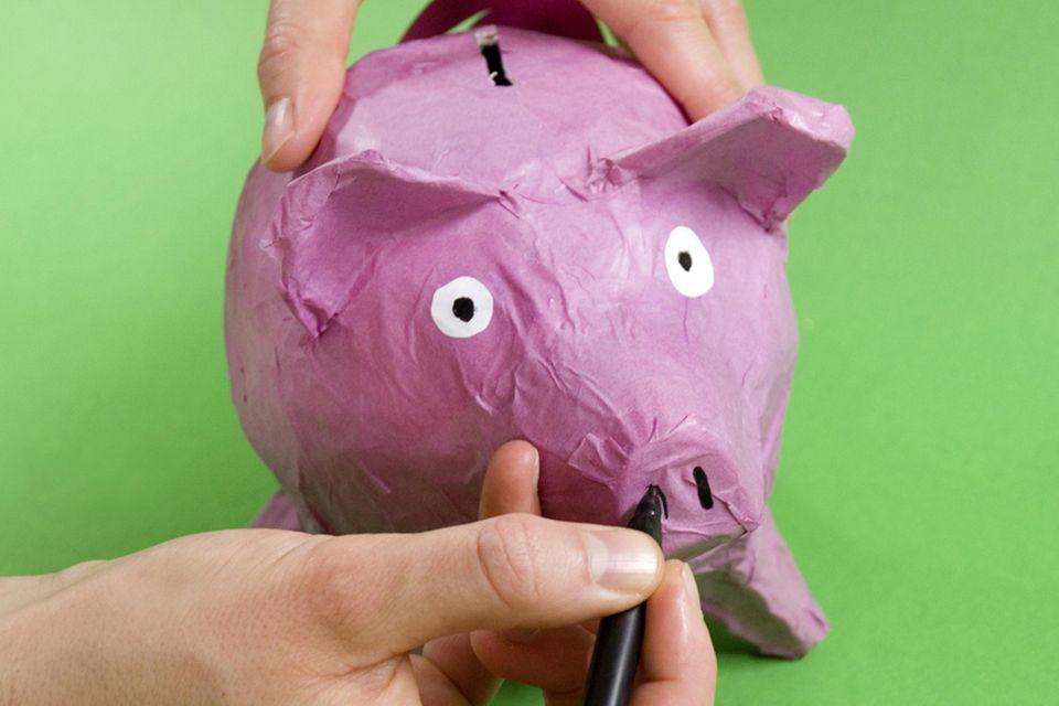 Hausgemachtes Sparferkel: Sparschwein aus Pappe