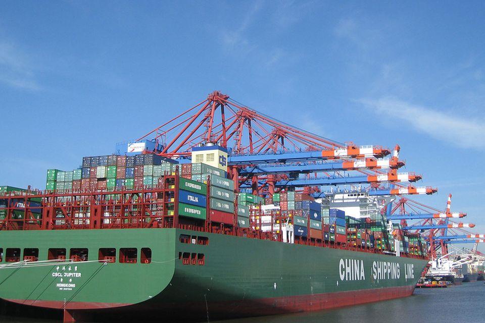 Hafen: Ein Containerriese im Hamburger Hafen