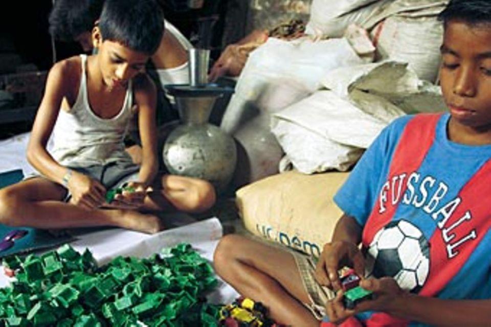 Bangladesch: Zwischen Werkstatt und Schulbank