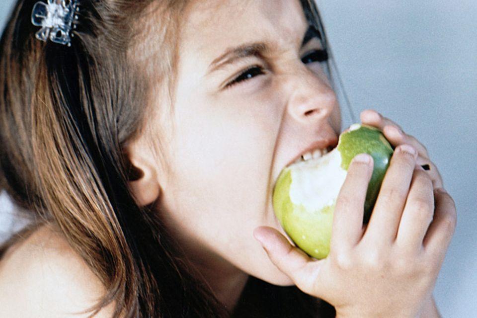 Redewendung: In den sauren Apfel beißen