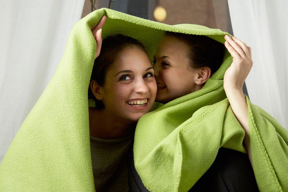 Redewendung: Unter einer Decke stecken