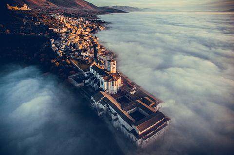 Die Basilika des Heiligen Franziskus von Assisi im Nebel