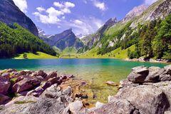 Seealpsee im Alpsteingebirge, dahinter Säntis, Kanton Appenzell