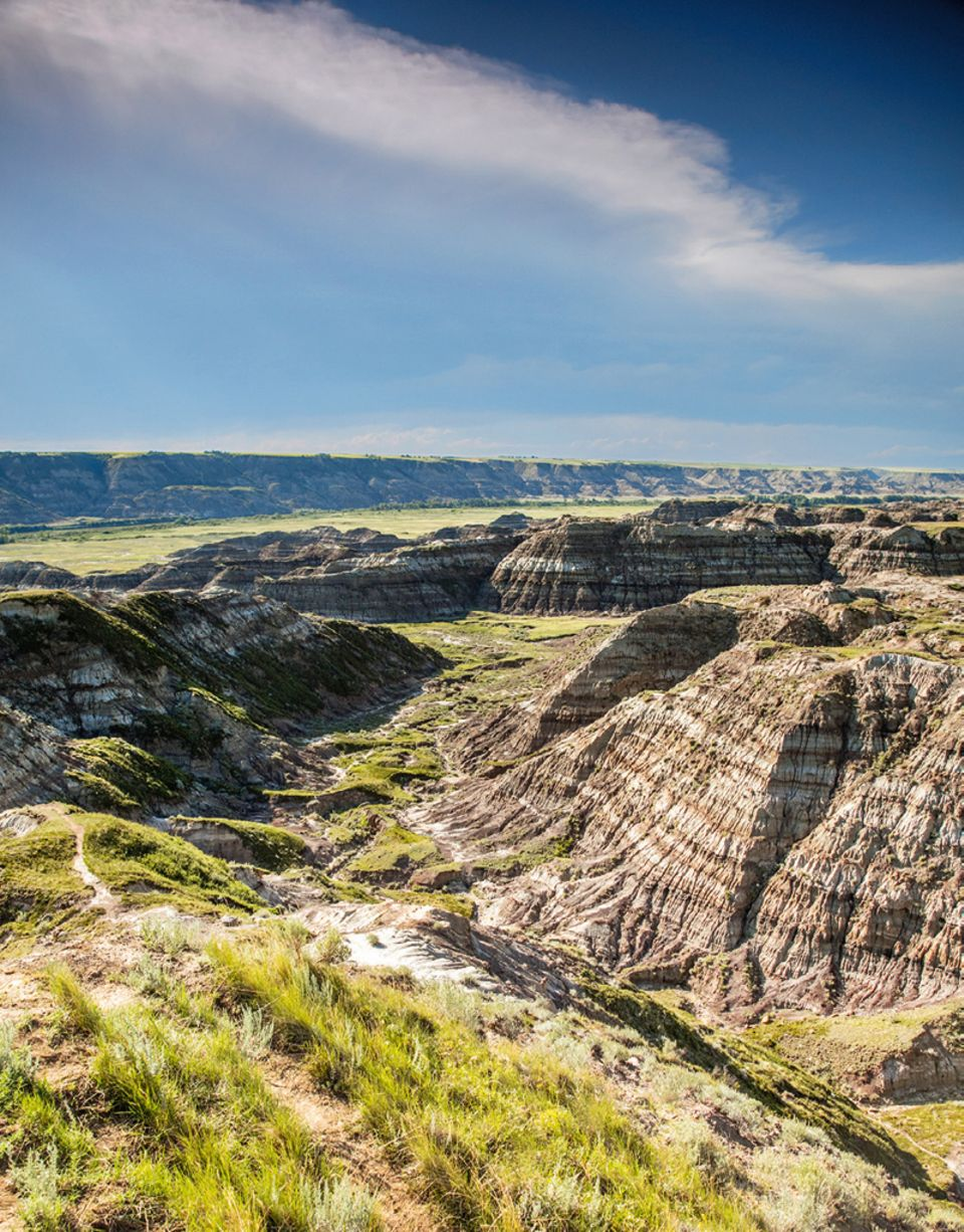 Alberta: Rund um Drumheller: gestreifte Gesteinsflanken im Horsethief Canyon