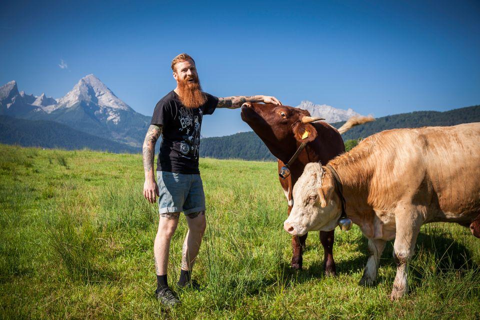Franz Keilhofer mit Kühen auf der Weide
