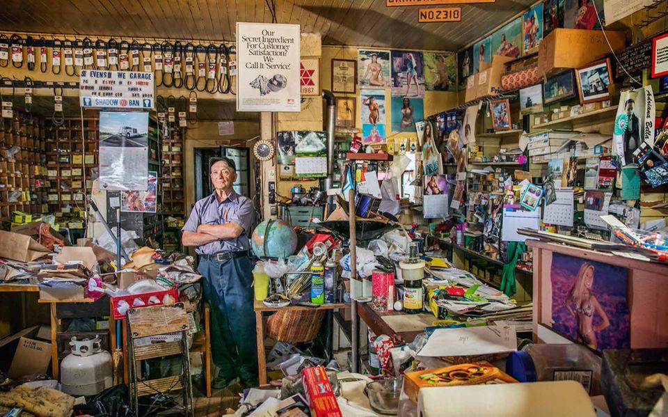 Alberta: Seit 1954 betreibt Boyd Stevens seine Eisenwarenhandlung in Orion, einem Sieben-Seelen-Fleck im Nirgendwo. Die Geschäfte laufen zäh. Aber aufgeben? Niemals