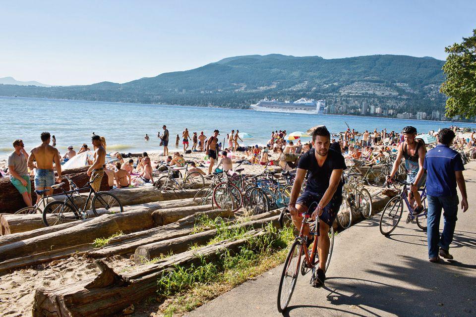 """Kanada: Schöner als am """"Third Beach"""", einem der wenigen Sandstrände der Stadt, kann man sie kaum verplempern"""