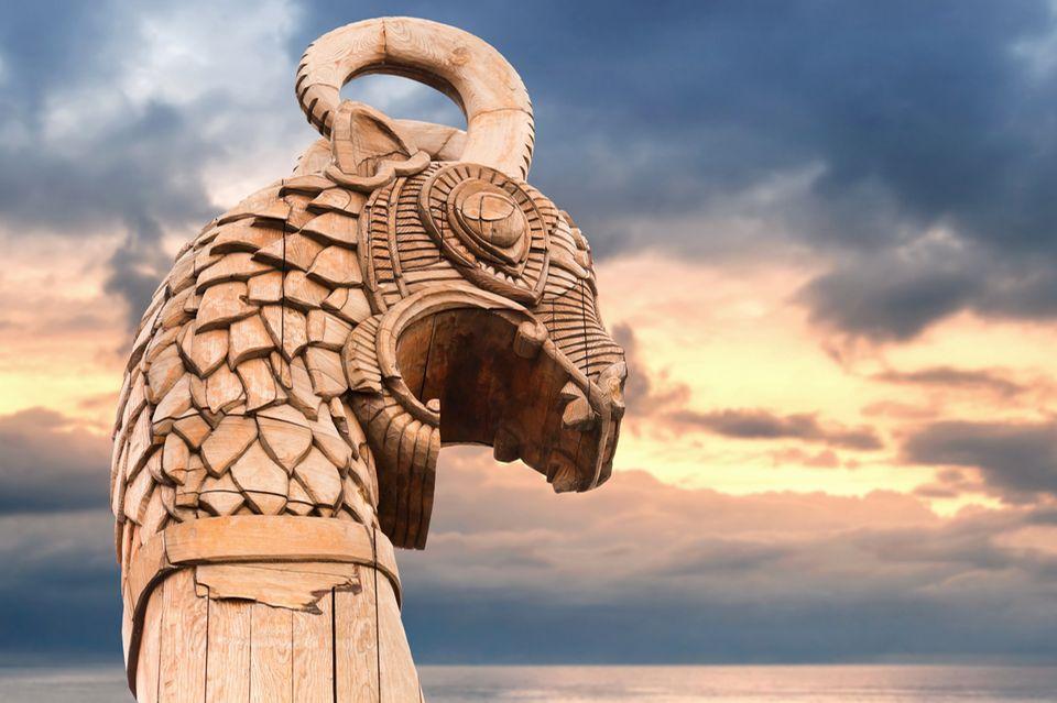 Wikinger: Ein geschnitzter hölzerner Drachenkopf auf dem Vorschiff eines Wikinger-Schiffs