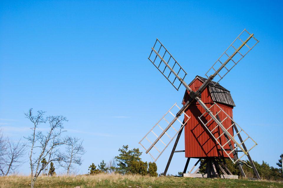 Redewendung: Eine Windmühle mahlt Getreide, damit Mehl entsteht