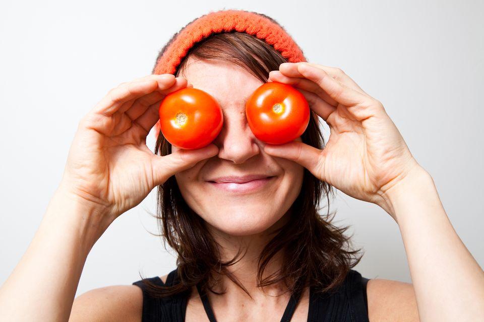 Redewendung: Diese Frau hat wortwörtlich Tomaten auf den Augen