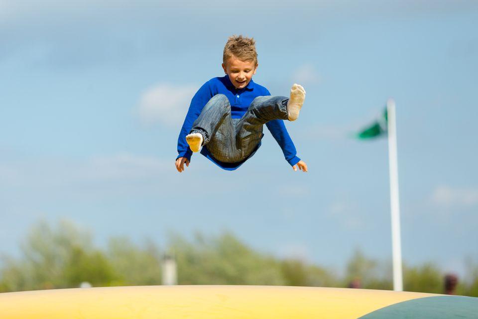 Redewendung: Wenn man etwas mit Schmackes tut, dann hat man viel Elan - Wie zum Beispiel dieser Junge, der mit ordentlich Schwung auf das Trampolin springt
