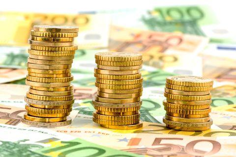 Redewendung: Geld auf den Kopf hauen
