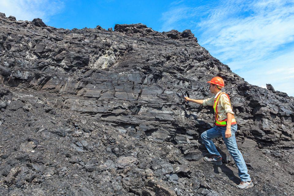 Geologe untersucht einen Felsen