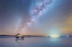 Salar de Uyuni reflektiert die Milchstraße