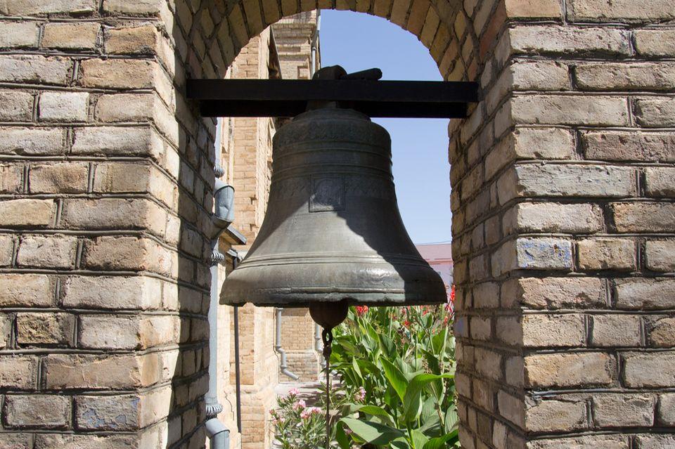 Redewendung: An die große Glocke hängen