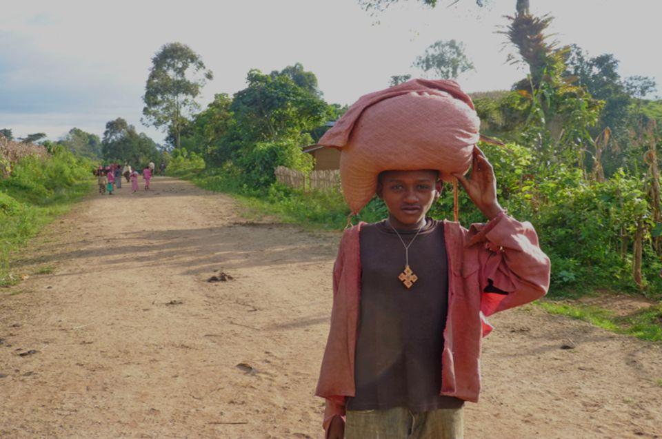Dieser Jugendliche möchte Mais auf dem Markt verkaufen. Das Kilo für umgerechnet 12 Cent - zu teuer, sagen viele seiner potenziellen Kunden