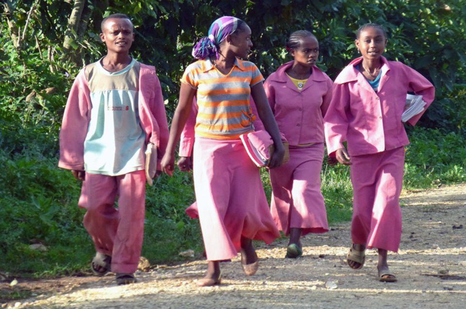 Schüler in ihren Uniformen auf dem Fußweg nach Hause