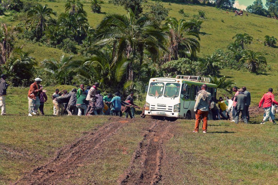 Bleibt ein Bus auf einem der unbefestigten, schlammigen Wege stecken, so ist meist die Muskelkraft der Reisenden gefragt
