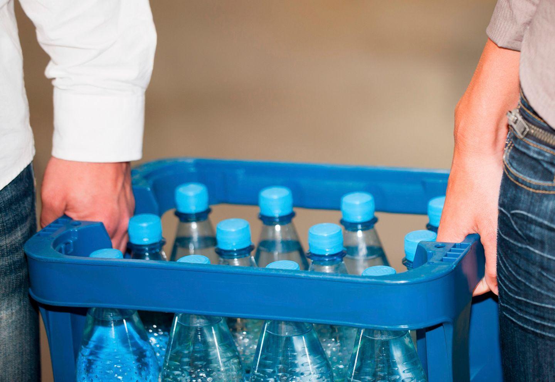 Wasserkiste tragen
