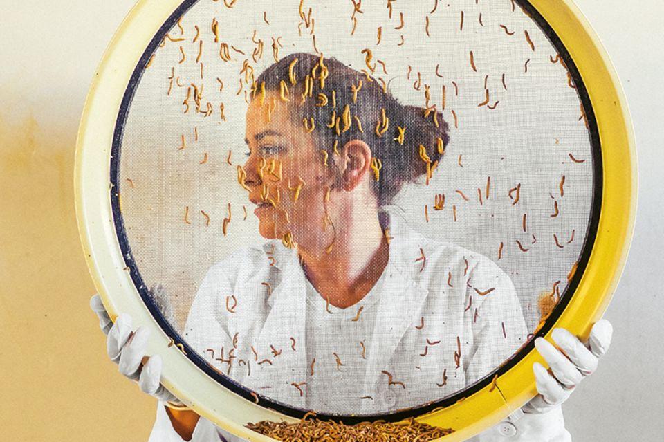 Insektenbäuerin Giroud mit ihrer Mehlwurm-Ernte
