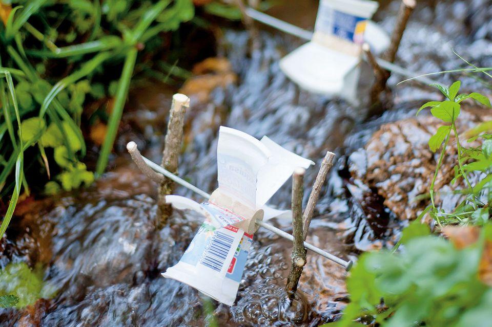 Flinkes Wasserrad aus Plastikbechern