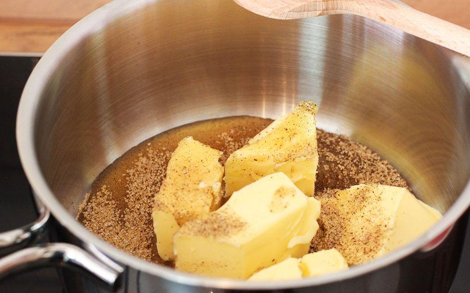 Butter, Honig und Vanillezucker schmelzen lassen