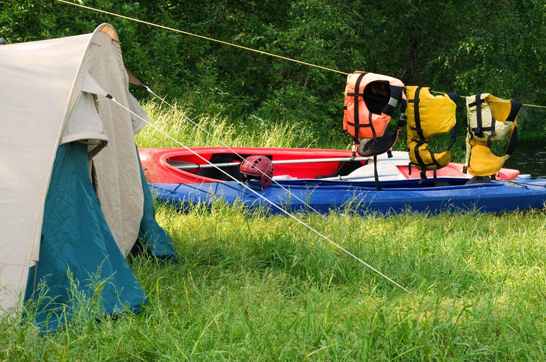 Zelt mit Boot am See