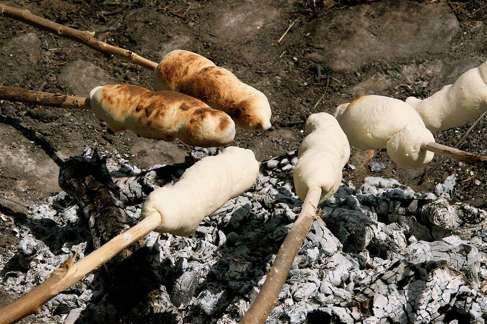Stockbrot machen am Lagerfeuer