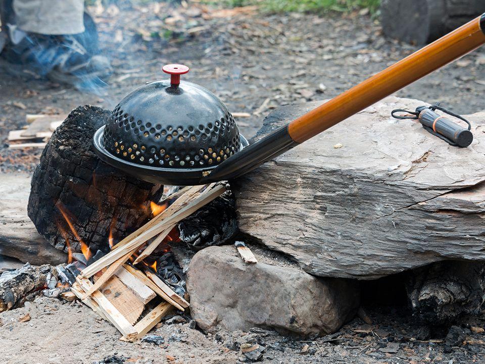 Zubereitung von Popcorn über dem Lagerfeuer