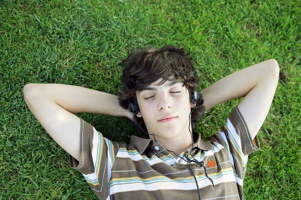 Teenager in der Pubertät hört Musik