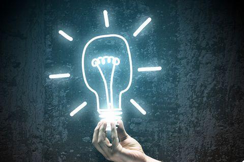 Glühbirne Erfindung vor der Tafel