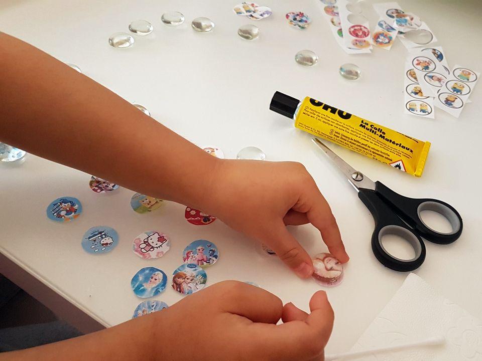 Upcycling: Klebt die Papiermotive vorsichtig auf die Glasnuggets