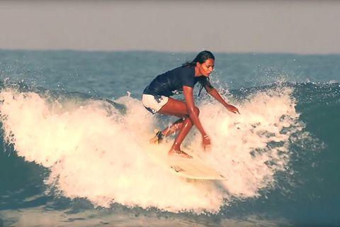 Die indische Surferin Ishita Malaviya