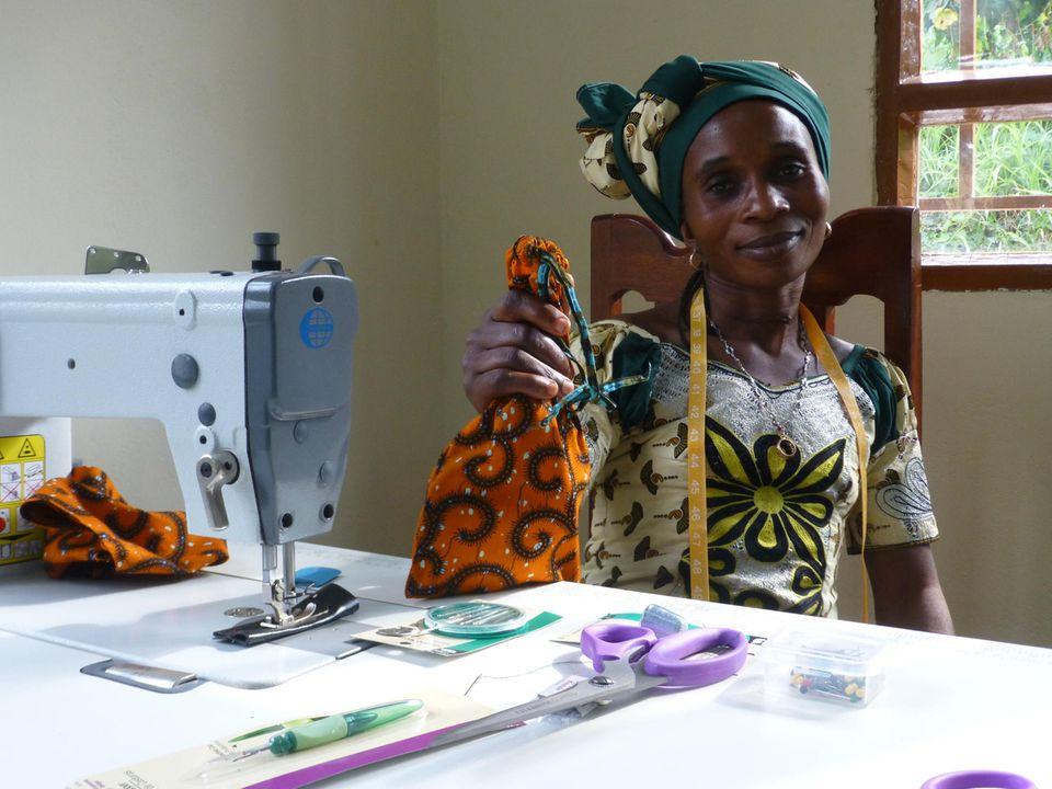 Demokratische Republik Kongo: Bereits am ersten Ausbildungstag stellt jede der Frauen im Witwen-Zentrum einen Stoffbeutel für ihre Nähutensilien her