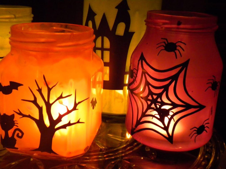 Kerzenlichter im Halloween-Stil