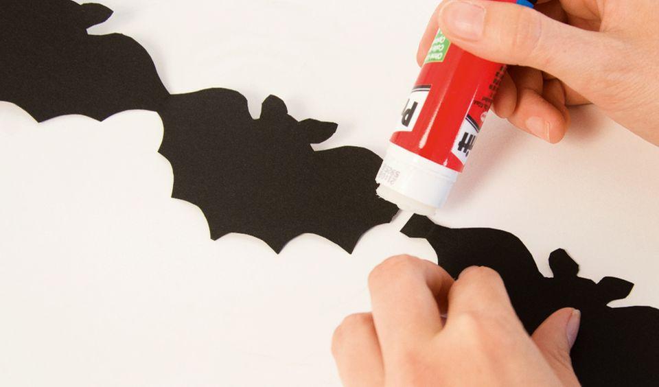Fledermäuse für die Halloween Girlande zusammenkleben