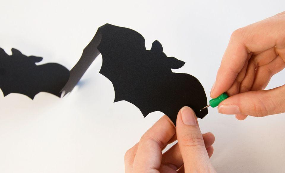 Die Halloween Girlande mit einem Faden aufhängen