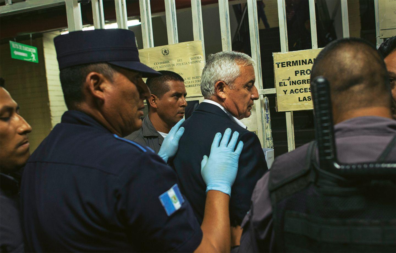 Gefängniswärter eskortieren Otto Pérez Molina