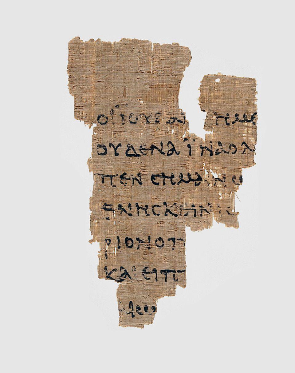 Erforschung der Bibel: Dieses Papyrusfragment von etwa 125 n. Chr. ist der älteste Beleg für das Neue Testament. Er handelt vom Prozess gegen Jesus: Die Frage »Bist du der König der Juden?« ist teilweise zu entziffern