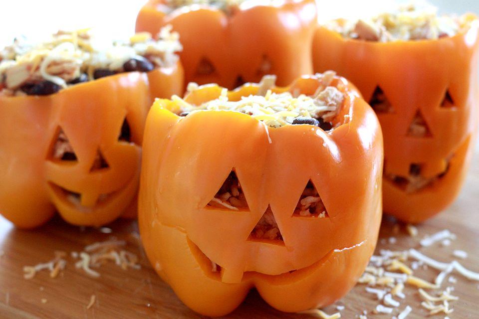 Gefüllte Paprika mit Gesichtern zu Halloween