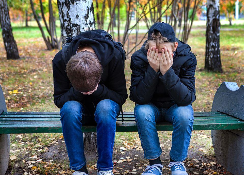 Zwei Jugendliche schämen sich